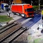 Komótosan letörte a sorompót a sínen ragadt kamion, mielőtt letarolta volna a vonat