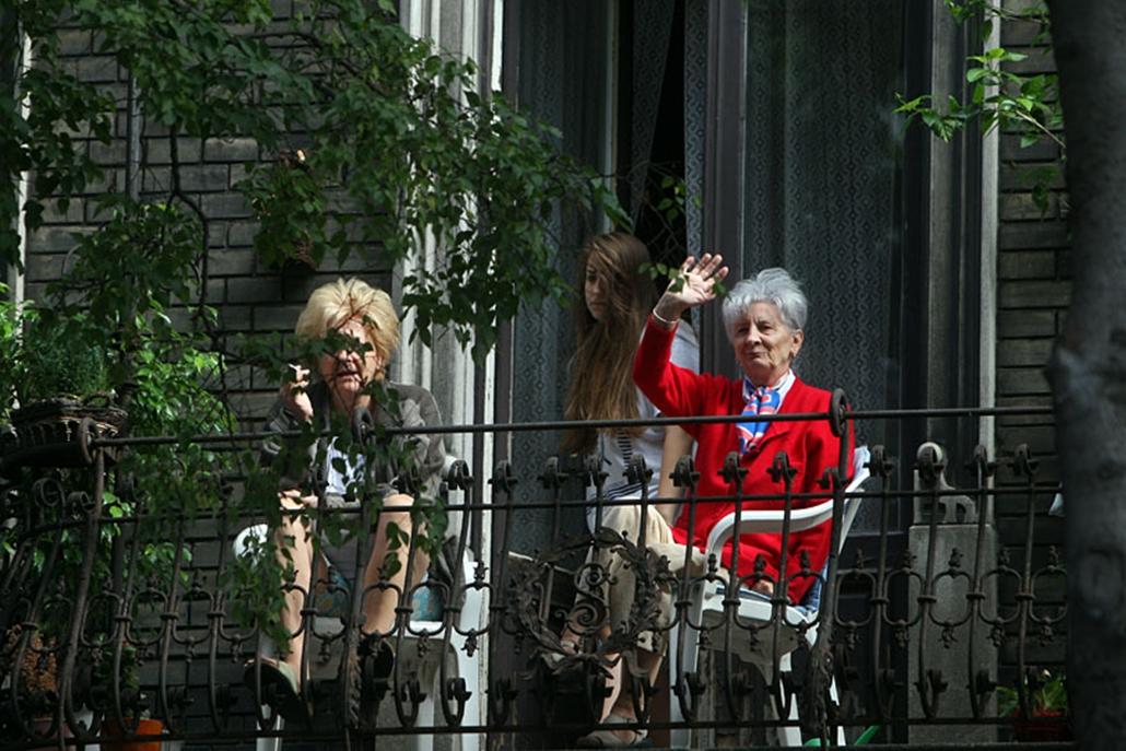 Integető nyugdíjasok az Andrássy úton
