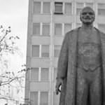 Hanyatt dőlve várja sorsát a Lenin-szobor