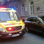 Újraélesztett beteget vittek volna el a mentők, de elállta az útjukat egy tilosban parkoló autó