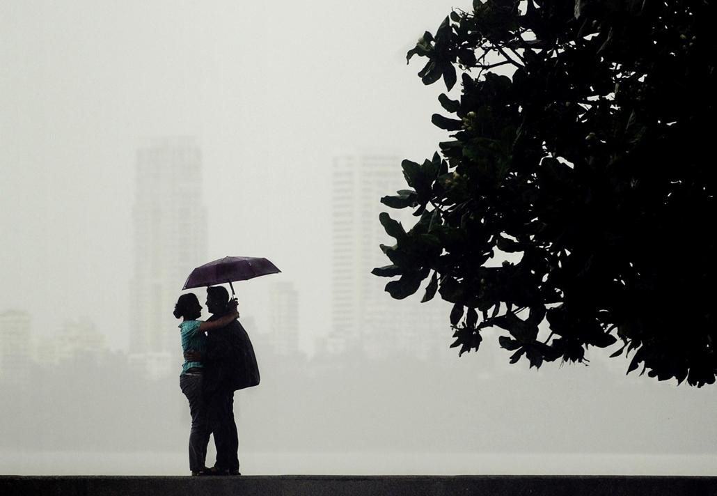 afp. nagyításhoz - esernyő - eső, időjárás, zivatar, vihar, India, Mumbai, 2012.09.03.