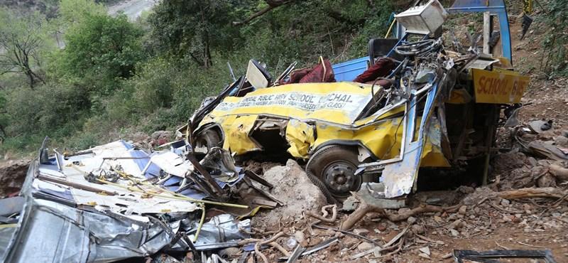 Harminc méter mély szakadékba zuhant egy gyerekekkel teli iskolabusz Indiában