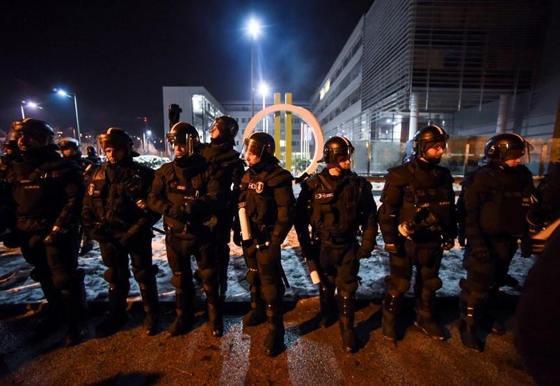 Bementek a rendőrök az MTVA-ba, kezdődött az újabb tüntetés – percről percre