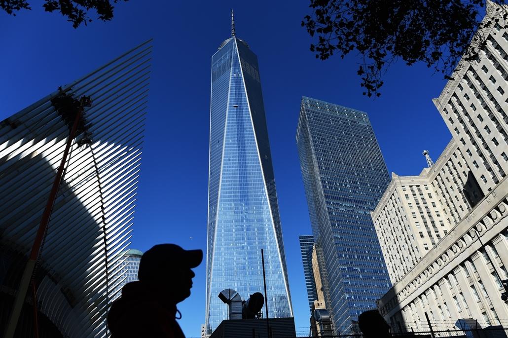afp.14.10.17. Emberek sétálnak az újraépített World Trade Center épülete előtt.