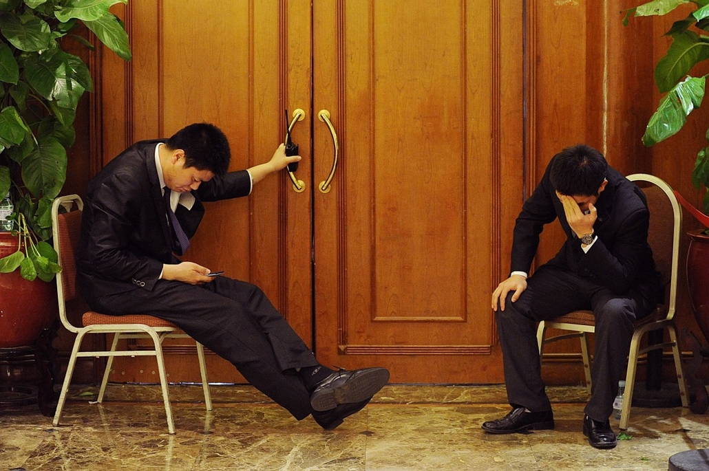 afp.13.03.19. - Peking, Kína: biztonságiak az eltűnt maláj gép kereséséről szóló beszámolón, melyet a hozzátartozóknak tartottak.