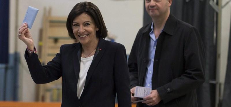Megbüntették a párizsi városvezetést, mert túl sok nőt alkalmaztak