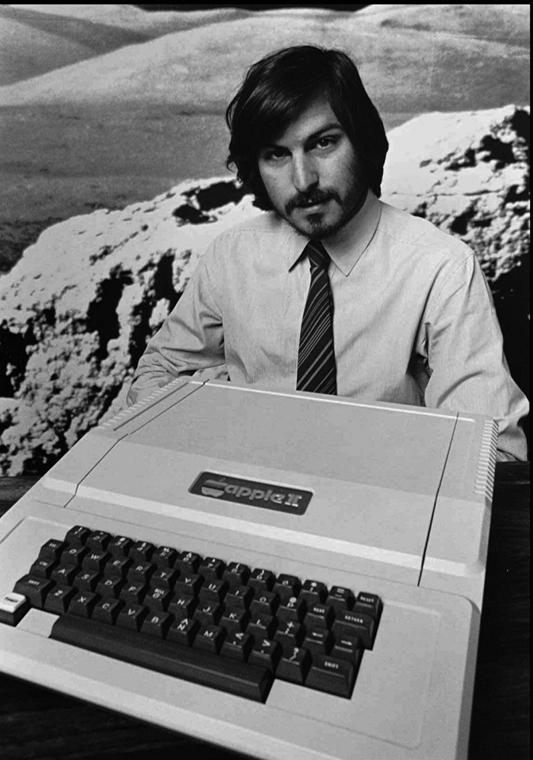 Steve Jobs az Apple II számítógéppel - Steve Jobs évforduló -nagyítás