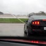 Itt egy ritka rossz menőzés: egyenest egy autókereskedésbe csapódni - videó