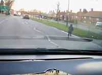 Óriási szerencséje volt a kisfiúnak, aki pár másodpercen belül kétszer is meghalhatott volna – videó