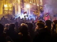 Füstgránátot dobáltak a rendőrök közé a Kossuth téren, könnygázzal válaszoltak - ÉLŐ