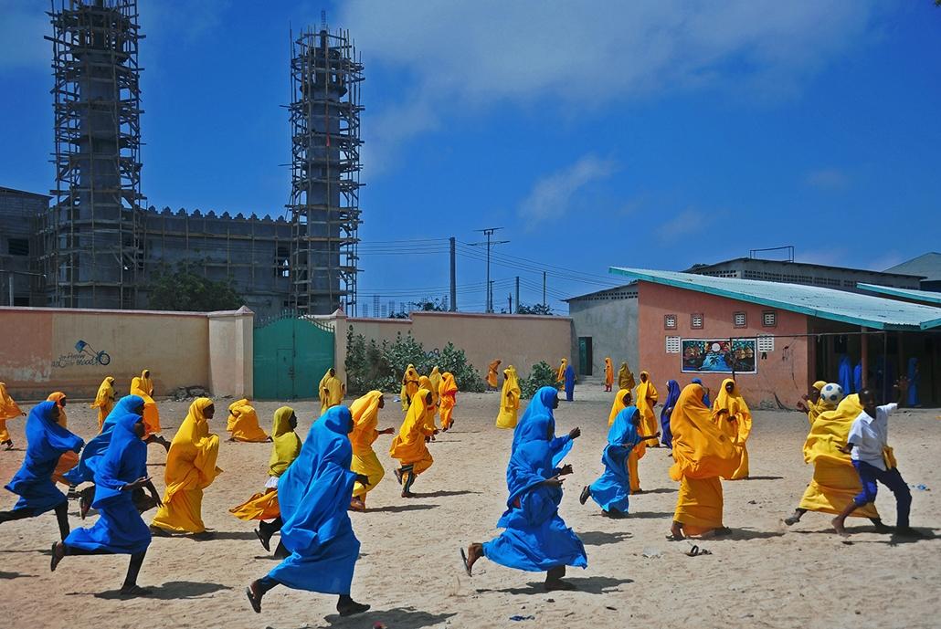 afp.16.10.05. - Szomáliai iskolai lányok ebédszünetben fociznak a Howlwadag Általános Iskolában, a Howlwadag negyedben, Mogadishu-tól délre. október 5-én, 2016