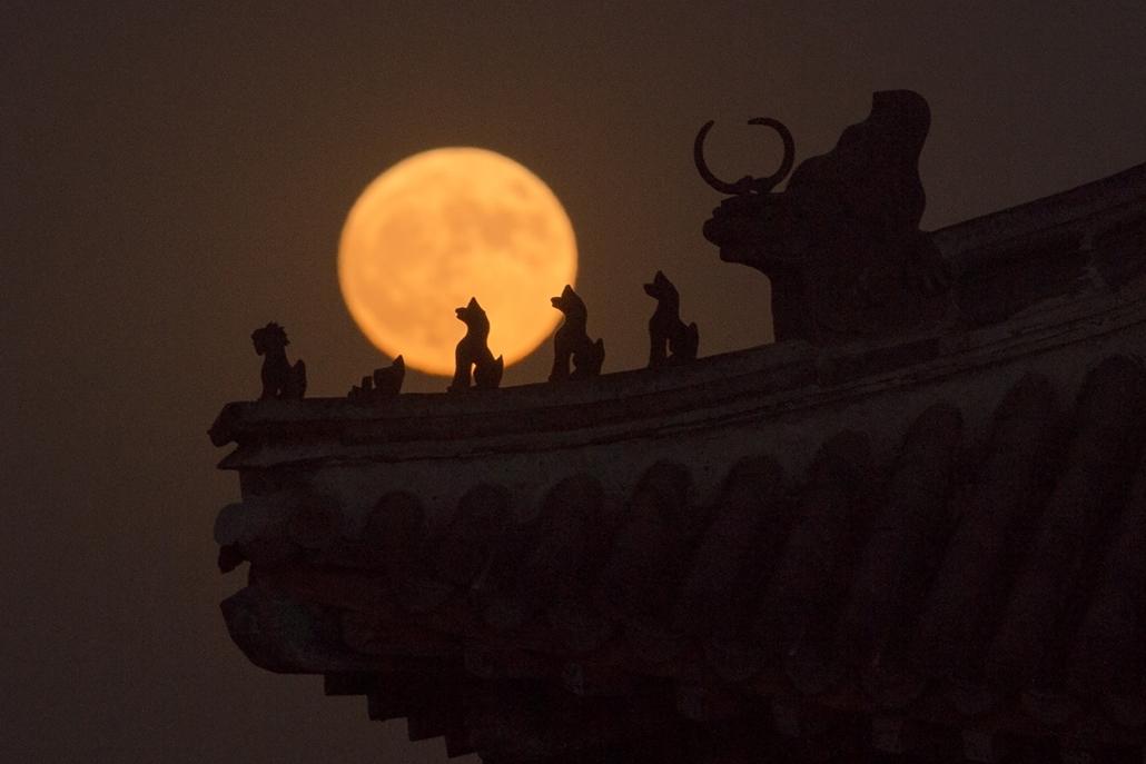 afp.16.11.14. - Peking, Kína: - A szuperhold emelkedése a Tiltot Város felett Pekingben.