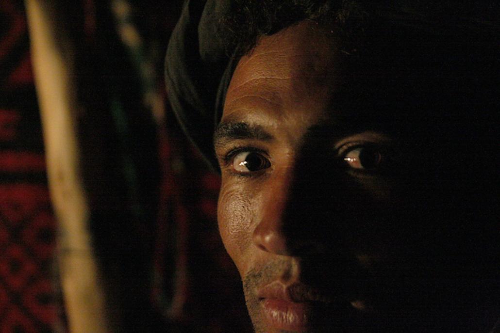 Félnomád berber férfi a sivatagban.