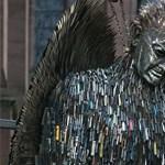 Döbbenetes szoborral emlékeznek a késes támadások angliai áldozataira