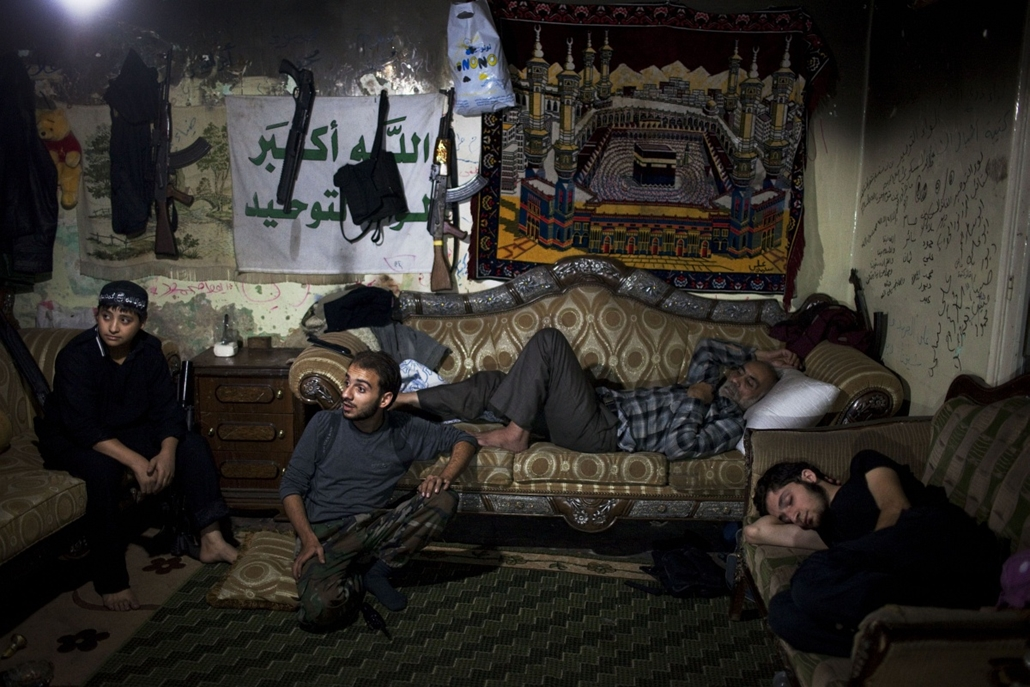 a hét képe nagyítás-fotógaléria kép - Opposition fighters rest on the front line in the Saif Al-Dawla neighbourhood of Syria's northern city of Aleppo on September 29, 2013. The opposition has repeatedly called for arms from its international backers, but