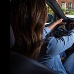 Hé, anyu, tedd le a telót – újfajta biztonsági extrát kínál egy autómárka