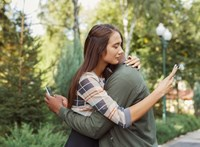 Titkok és kísértések: miért akarunk belenézni a párunk mobiljába?