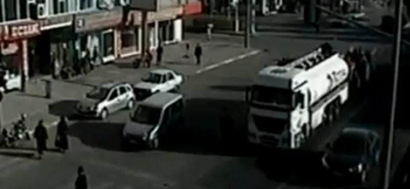 Videó: maga előtt tolta a teherautó, futott az életéért