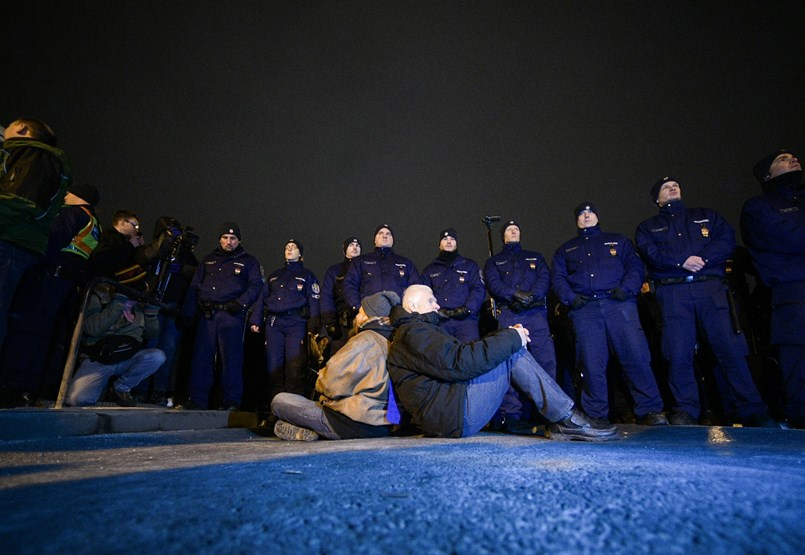 Blokád alatt a Lánchíd: a hídon maradt tüntetőket körbe vették a rendőrök - tüntetés percről percre