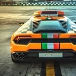 Most egy Lamborghini Huracan kísérgeti a repülőket a bolognai reptéren