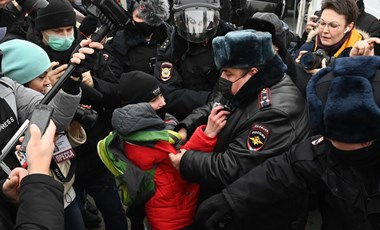 Rendőrök zavarják szét a Putyin ellen tüntetőket, Navalnij feleségét is elvitte a karhatalom