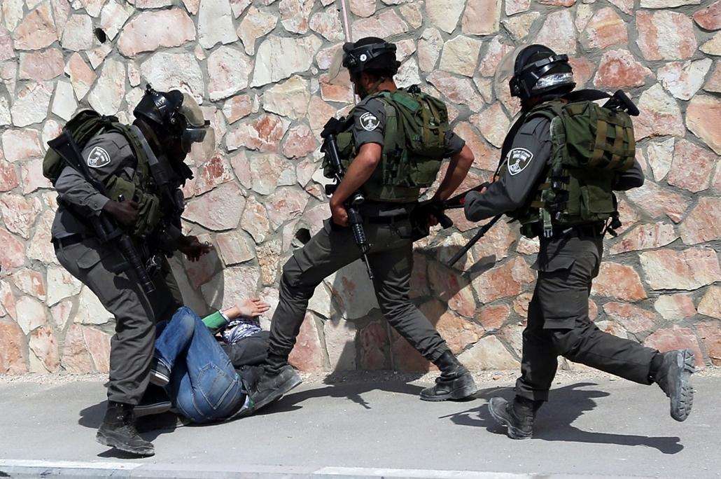 afp. hét képei - ABU DIS, 2015.03.19. palesztin férfit vesznek őrizetbe az izraeli biztonsági ewrők tagjai - A Palestinian man is detained by members of the Israeli security forces during clashes following a march attended by Palestinian, Israeli and fore