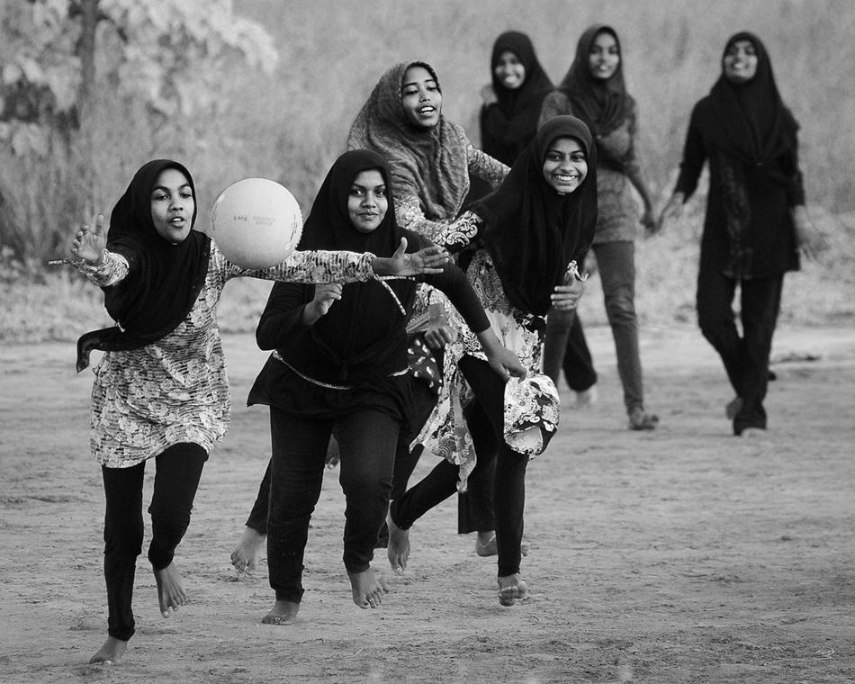 NE használd_! - Photographer of the Year 2014 - ''Törzsek'' kategória - kosárlabdázó lányok - Hanimadhoo, Maldív-szigetek - tpoty