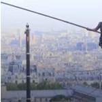 Ilyet még a párizsiak is ritkán látnak: kötéltáncos a Montmartre felett (videó)