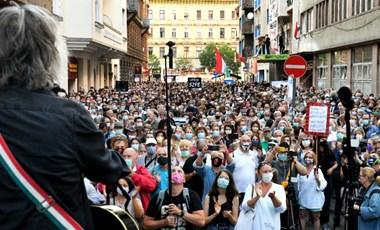 Harcos kedvű tüntetést tartottak az SZFE mellett