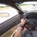 Mit tesz egy nyugdíjas 707 lóerővel? Odapirít a fiataloknak – videó