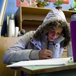 Képek: pokrócokba bugyolálva dideregnek a diákok az iskolában