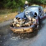 Munkagépbe hajtott egy autó, súlyosan sérült a sofőr