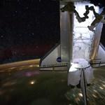 Lélegzetelállító fotó az űrben úszó Endeavour űrsiklóról