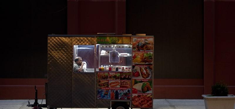 A nap képe: hotdog-oázis a Broadway közepén
