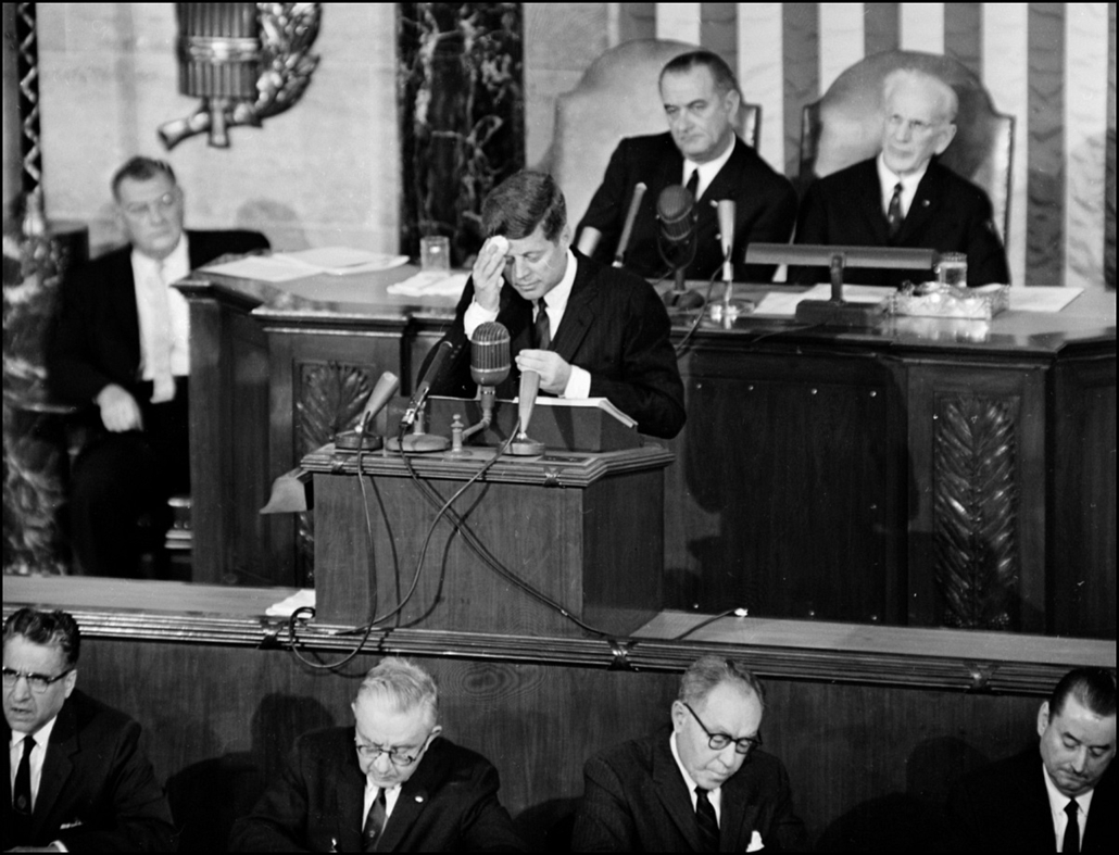 1963.01.15. - Washington, USA: holmoktörlés a ''State of the Union'' című a kongfresszus előtt. Mögötte Lyndon B. Johnson alelnök. - John F. Kennedy, John Fitzgerald Kennedy