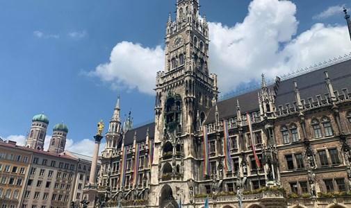 A városházán is ott virít a szivárványos lobogó – élőben jelentkezünk Münchenből a német-magyar mérkőzés előtt