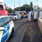 Rendőrautó borult fel a Róbert Károly körúton - fotó