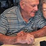 Ez az idős házaspár 61 éve eszi az esküvői tortáját
