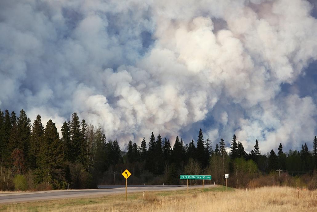 afp.16.05.05. - Fort McMurray, Alberta tartomány, Kanada: erdőtűz - A tartományban szükségállapotot hirdettek a pusztító erdőtüzek miatt, Fort McMurray kitelepített lakosságát átmeneti menhelyeken fogadják.