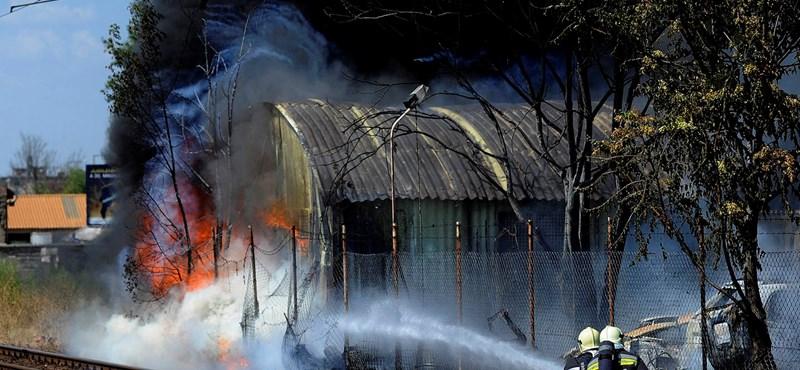 Fotók: Pokoli hőségben küzdöttek a Kén utcánál feltörő lángokkal a tűzoltók