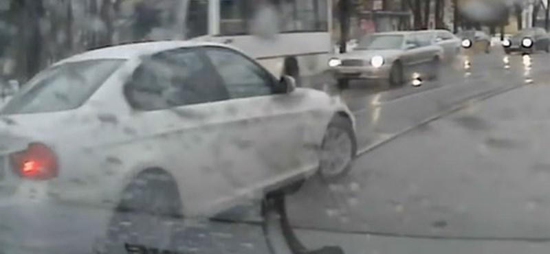 A villamossín az oka, hogy ez a BMW-s rendesen adott a sztereotípiáknak? – videó