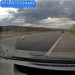 Dobozok hullottak le egy román kisbuszról az M1-es-en – videó