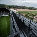 Felcsút: egymás mellett hirdet Simicska és Mészáros Orbán stadionjában – Nagyítás-fotógaléria
