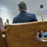 Ezredesi rangját bukta a börtönparancsnok, mert betartott egy rabnak