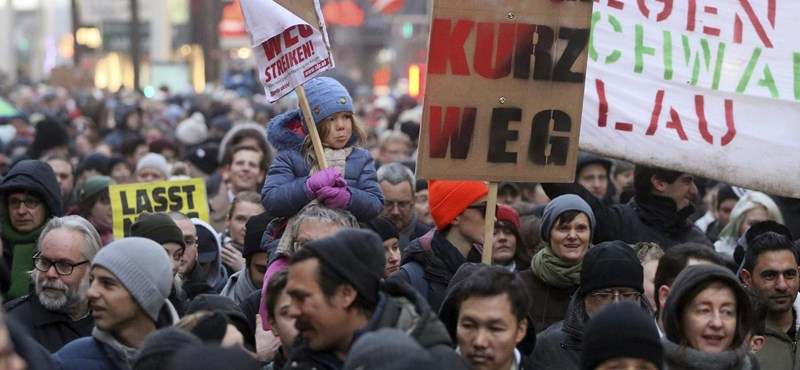 """Üzent a """"vörös Bécs"""", több tízezren tiltakoztak a Kurz-kormány ellen"""