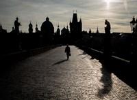 Még az autókban is kötelezővé tette a cseh kormány a maszkviselést