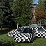 Kicsiny Balázs autói a HVG-székház elé parkoltak