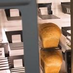 Leáldozóban a pékszakma? Ez a masina percek alatt gyúr és süt egy friss kenyeret