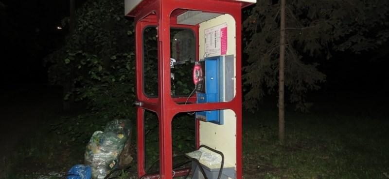 Fotó: Teljesen szétvert egy telefonfülkét egy feldühödött férfi