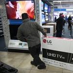 Megdőlt egy mítosz: többször és drágábban vásárolnak a férfiak a LED-tévék országában